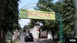 Sebuah spanduk berisi penolakan terhadap ISIS terpasang di pintu gerbang masuk sebuah kompleks perumahan di Bandung. (VOA/R. Teja Wulan)