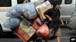 Čovek sa plastičnim bocama u Bangkoku na Tajlandu