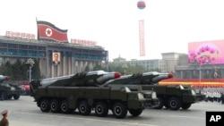Rudal Korea Utara di atas truk pada peringatan dirgahayu Partai Pekerja yang berkuasa. Pyongyang, Korea Utara. (dok.)