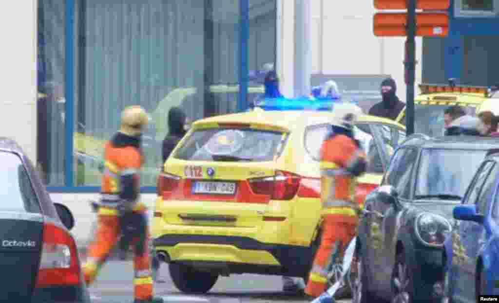 ماموران اورژانس در محوطه اطراف متروی بروکسل پس از انفجار در این محل برای تخلیه مجروحان آماده می شوند.