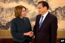 中国总理李克强和美国众议院少数党领袖佩洛西在中南海握手(2015年11月13日)