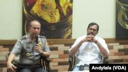 Kadiv Humas Polri Irjen Boy Rafli dan Koordinator KontraS Haris Azhar berbicara di Jakarta Rabu (10/8) tentang dugaan penyuapan pejabat Polri oleh Freddy Budiman. (VOA/Andylala)