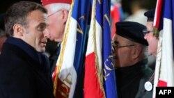 Le président français Emmanuel Macron a rendu hommage au monument commémorant la Première Guerre mondiale, La Pierre d'Haudroy, à La Flamengrie, dans l'est de la France, le 7 novembre 2018.