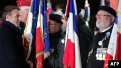 فرانس کے صدر میکرون، ملک کے مشرقی حصے میں پہلی جنگ عظیم کی یادگار کے دورے کے موقع پر سابق فوجیوں سے ملاقات کر رہے ہیں۔ 7 نومبر 2