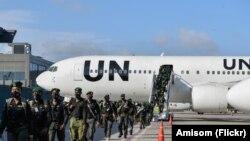 Maafisa wa Jeshi la Polisi la Nigeria wakiwasili uwanja wa ndege w Adde, mjini Mogadishu, Somalia Aprili 17, 2021.AMISOM Photo/Mokhtar Mohamed