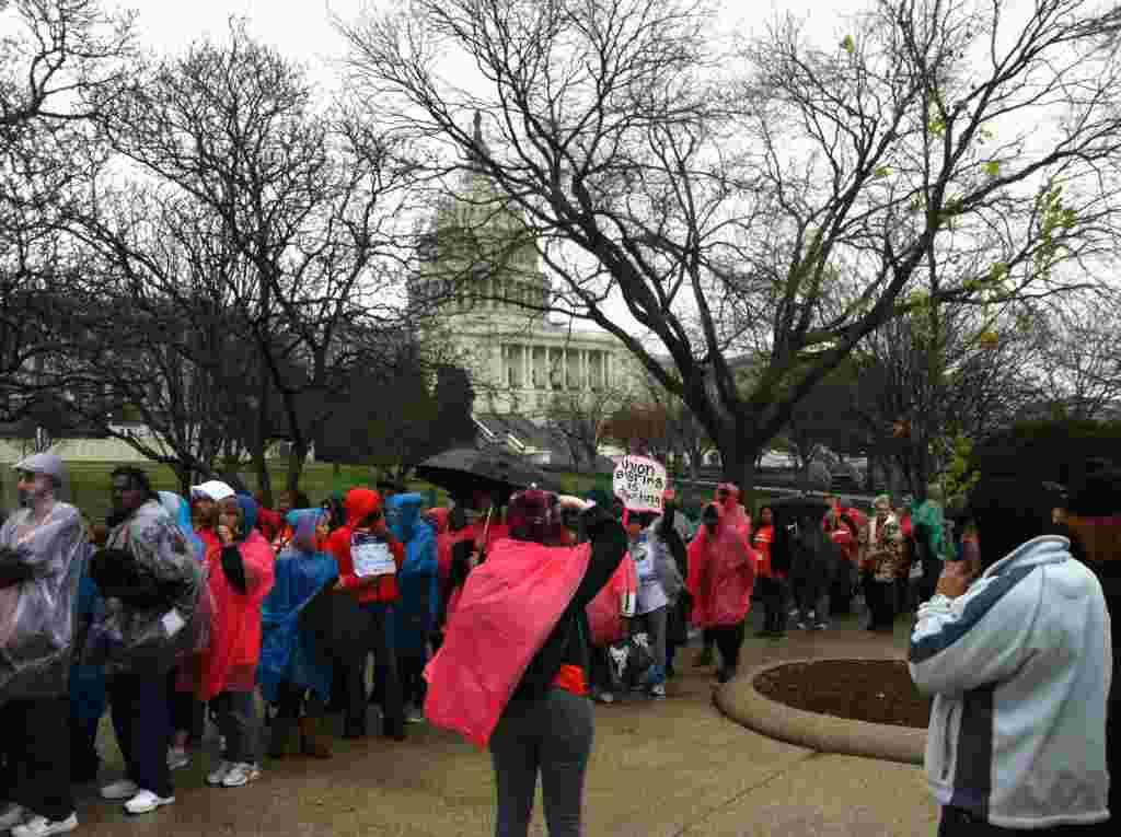 """Los organizadores del movimiento """"Ocupemos DC"""" dirigían la marcha por altoparlantes. Personas de todas las edades estuvieron presentes."""
