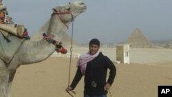 埃及旅游景点吉萨的导游等候游客