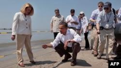 奥巴马5月28日在路易斯安那海滩上检查漏油污染