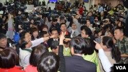 台灣立院會場內主席台前一片混亂 (美國之音申華拍攝)