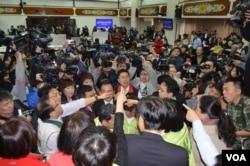 2014年 3月12日 ,台湾立法院有关服贸协议审议还没开始,就围绕程序问题相互呛声,会场混乱。民进党立委占领主席台,国民党立委抗议 。(美国之音申华拍摄)