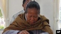 총선 투표를 하는 한 여성 유권자