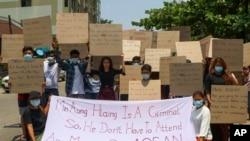 Những người biểu tình chống đảo chính căng biểu ngữ kêu gọi hội nghị ASEAN khu vực chú ý tới vấn đề Myanmar trong một cuộc tuần hành ngày thứ Ba 20/4/2021.(AP)