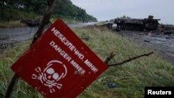 Архивное фото: знак, предупреждающий об опасности минирования в окрестностях города Славянск в Донецкой области, Украина, июль 2014 года