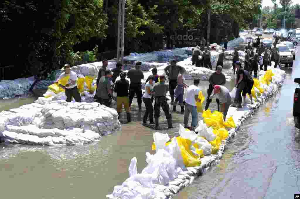 9일 헝가리센텐드레 시에서 자원봉사자들과 군인들이 홍수로 인한 범람을 막기위해 다뉴브 강 유역에 샌드백을 놓고 있다.
