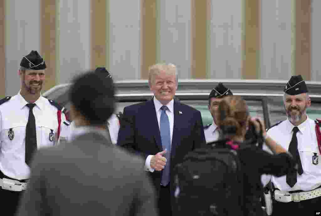 ژست پرزیدنت ترامپ مقابل دوربین عکاسان پیش از ترک فرودگاه اورلی فرانسه