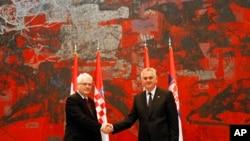 Predsednici Hrvatske i Srbije, Ivo Josipović i Tomislan Nikolić, rukuju se tokom susreta u Beogradu, 16. oktobar 2013