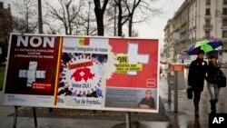 10일 스위스 제네바 도심에 친이민 정책에 반대하는 내용과 찬성하는 내용의 포스터가 나란히 걸려있다.