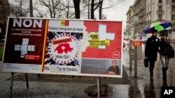 지난 2월 스위스 제네바 도심에 친이민 정책에 반대하는 내용과 찬성하는 내용의 포스터가 나란히 걸려있다. (자료사진)