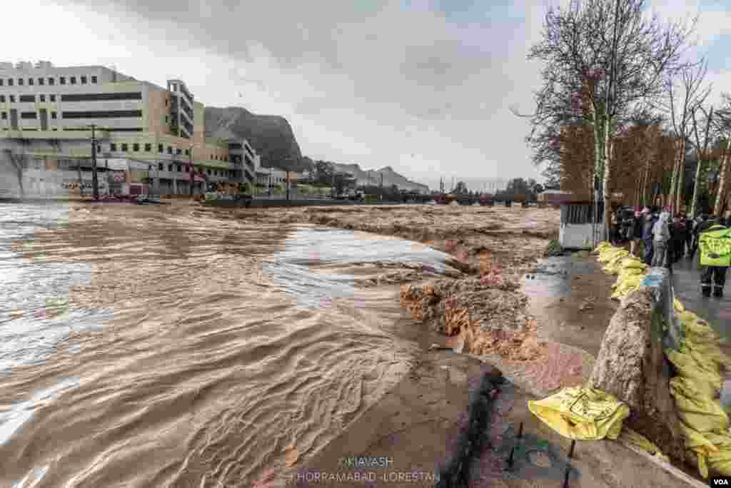 عکس ارسالی کیاوش از سیل در لرستان؛ سیلاب از مسیر رودخانه به داخل شهر خرم آباد سرریز شد.