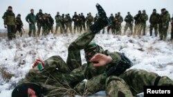 8일 우크라이나 동부에서 체첸 출신 친러시아계 분리주의자들이 군사 훈련 중이다. (자료사진)