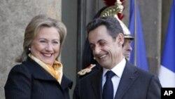 美國國務卿希拉里克林頓星期一在巴黎與法國總統薩科齊會面