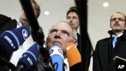 Bộ trưởng Tài chính Đức Wolfgang Schaeuble nói chuyện với các nhà báo trước phiên họp giữa Bộ trưởng Tài chính các nước trong khối euro ở Luxembourg hôm 21/6/12