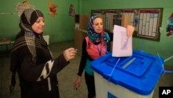 20일 이라크에서 지방선거가 치러진 가운데, 바그다드의 투표소에서 투표하는 유권자들.