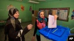 Para pemilih Irak memberikan suara di salah satu TPS di Baghdad, Sabtu (20/4).