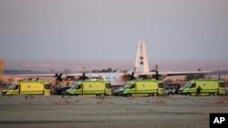 Kola hitne pomoći sa posmrtnim ostacima žrtava nesreće ruskog aviona na Sinajskom poluostvu, u koloni na vojnom aerodromu u blizini Sueckog kanala