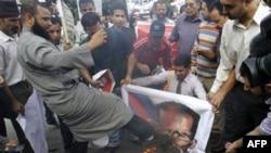 Demonstranti pale postere sa likom sirijskog predsednika Bašara al-Asada