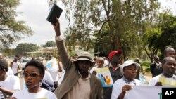 Les membres de divers groupes chrétiens marchent lors d'une manifestation contre l'homosexualité et l'union de même sexe à Nairobi, au Kenya, 6 juillet 2015. (AP Photo / Khalil Senosi)