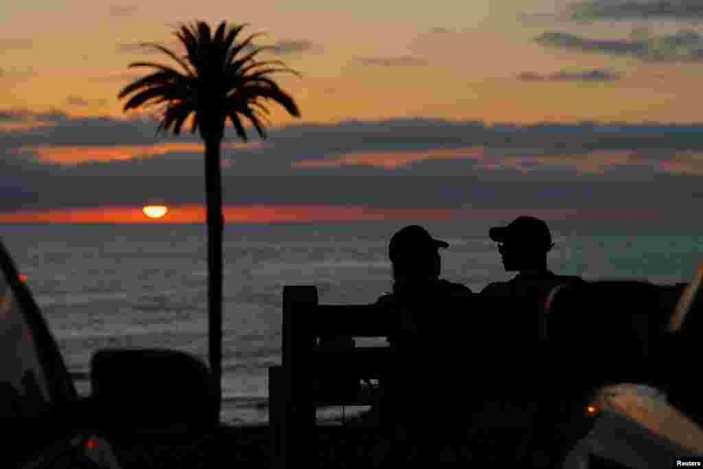 زوج جوان و غروب آفتاب در کالیفرنیا