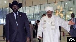 Presiden Sudan selatan Salva Kiir (kiri) dan Presiden Sudan Omar al-Bashir menyepakati persetujuan keamanan (foto: dok).