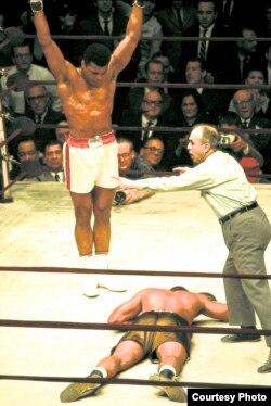 លោក Muhammad Ali បានវាយឈ្នះកីឡាករ Zora Folley ឲ្យសន្លប់កាលពីឆ្នាំ១៩៦៧។ (រូបថតផ្តល់ឲ្យដោយ George Kalinsky)