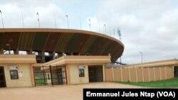 L'une des entrées du stade omnisports de Yaoundé, l'un des sites retenus pour abriter laCAN2019 au Cameroun, le 15 août 2017. (VOA/Emmanuel Jules Ntap)