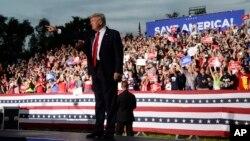 Ish-Presidenti Trump gjatë një takimi në Sarasota, 3 korrik 2021