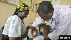 Mtoto apatiwa chanjo ya Malaria katika eneo la Kilifi, Kenya.
