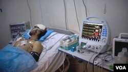 Un herido recibe atención intensiva en un hospital en la asediada ciudad de Misrata.