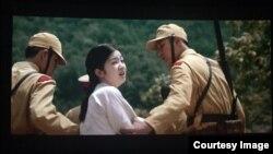 영화'귀향'에서 주인공인 14세 한국 소녀 '정민'이 일본 군 위안부로 끌려가는 장면.