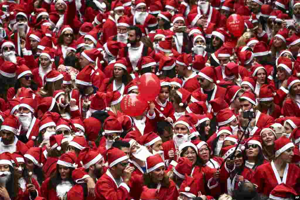 មនុស្សម្នាដែលពាក់សម្លៀកបំពាក់ Santa Claus ប្រមូលផ្តុំគ្នាដើម្បីចូលរួមក្នុងពីធី Athens Santa Run សម្រាប់ឆ្នាំ២០១៦ នៅក្នុងក្រុងអាថែន ប្រទេសក្រិក។