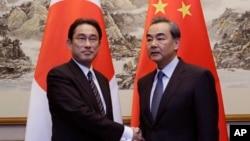 왕이(오른쪽) 중국 외교부장과 기시다 후미오 일본 외상. (자료사진)