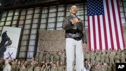 바락 오바마 미국 대통령이 25일, 아프가니스탄의 바그람 공군기지를 방문하고, 현지 미군 병사들을 격려하고 있다.