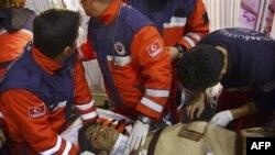 Nạn nhân Ferhat Tokay, 13 tuổi, được cứu ra khỏi đống đổ nát tại Ercis, Van, Thồ Nhĩ Kỳ, sáng sớm thứ Sáu, ngày 28 tháng 10, 2011, 108 giờ sau trận động đất