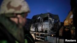 28일 레바논과 이스라엘 국경 지역에서 불에 탄 트럭이 이송되고 있다.