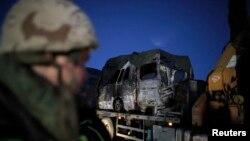 Xe tải chở một chiếc xe bị cháy gần làng Ghajar trong khu vực biên giới Israel và Libăng, ngày 28/1/2015.