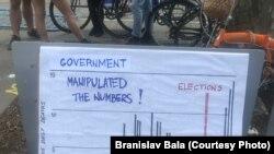 Učesnici protesta zatražili su vladu da objavi tačne podatke o broju zaraženih i preminulih i stanju bolnica u Srbiji.
