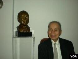 GS Phạm Hoàng Hộ bên bức tượng bán thân do một điêu khắc gia người Canada là bác sĩ Megerditch Tarakdjian thực hiện nhân dịp sinh nhật thứ 80 do một số môn sinh tổ chức tại Montréal, Canada. (3)
