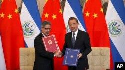 Ngoại trưởng Trung Quốc Vương Nghị (phải và Ngoại trưởng El Salvador Carlos Castaneda tại lễ ký kết thiết lập quan hệ ngoại giao giữa hai nước tại Bắc Kinh hôm 21/8. Quốc gia Trung Mỹ này cắt đức quan hệ ngoại giao với Đài Loan để chuyển sang quan hệ với Trung Quốc.