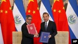 카를로스 카스타네다 엘살바도르 외교장관(왼쪽)과 왕이 중국 외교담당 국무위원 겸 외교부장이 21일 베이징 댜오위타이 국빈관에서 수교협정문에 공식 서명한 후 악수하고 있다.