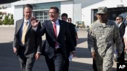 时为美国陆军中将的罗恩·刘易斯(右)等人陪同美国国防部长卡特访问约旦。(2015年1月23日)